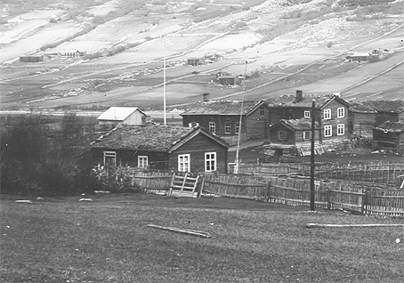 Dette bildet er henta frå Skjåk historielag sitt fotoarkiv og er vel teke av Stakston. Bildet er det eldste vi har av garden og er nok teke rundt 1915.